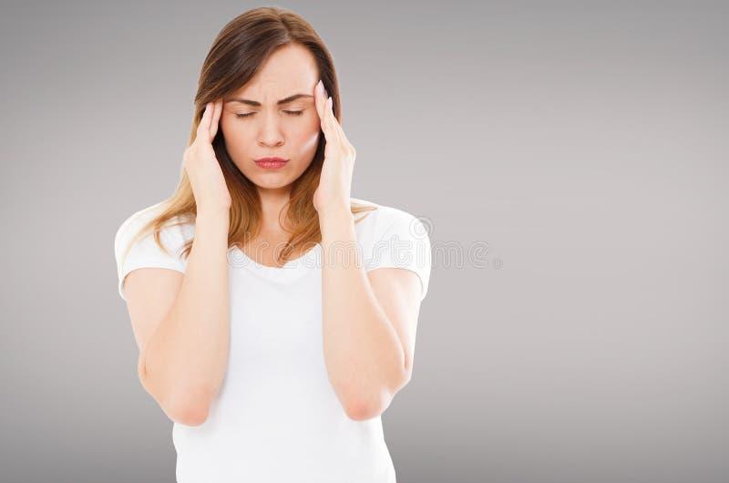 Migreny kobieta z zamkniętymi oczami odizolowywającymi na popielatym tle, opieka zdrowotna bólowi objawy, kopii przestrzeń obrazy stock