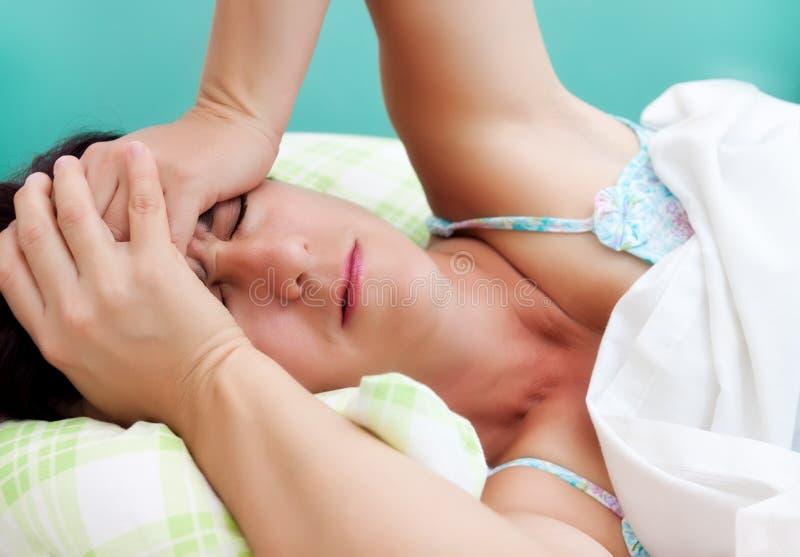 migreny latynoska silna cierpienia kobieta zdjęcia royalty free