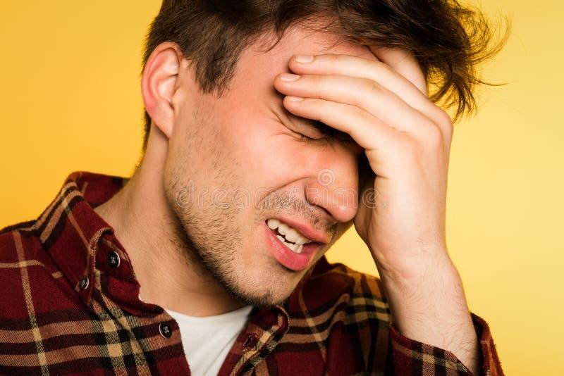 Migreny migreny mężczyzna bólu sprzęgła głowy niewygoda obraz stock
