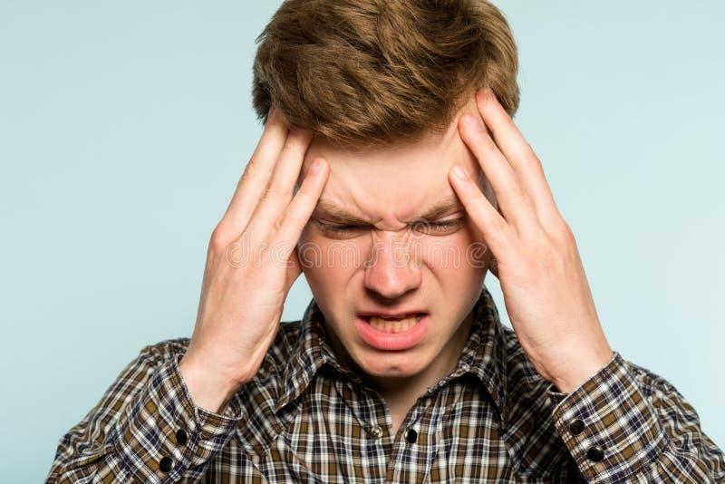 Migreny migreny mężczyzna bólu sprzęgła głowy niewygoda fotografia stock
