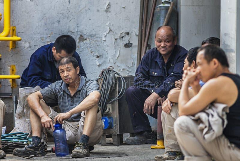 Migrerende werknemers op de straat royalty-vrije stock fotografie