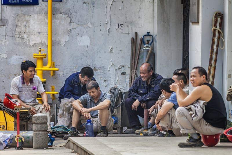 Migrerende werknemers op de straat stock afbeeldingen