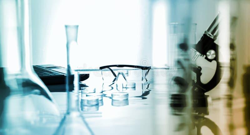 Miicroscope et verres de sûreté en plastique dans le laboratoire photo stock