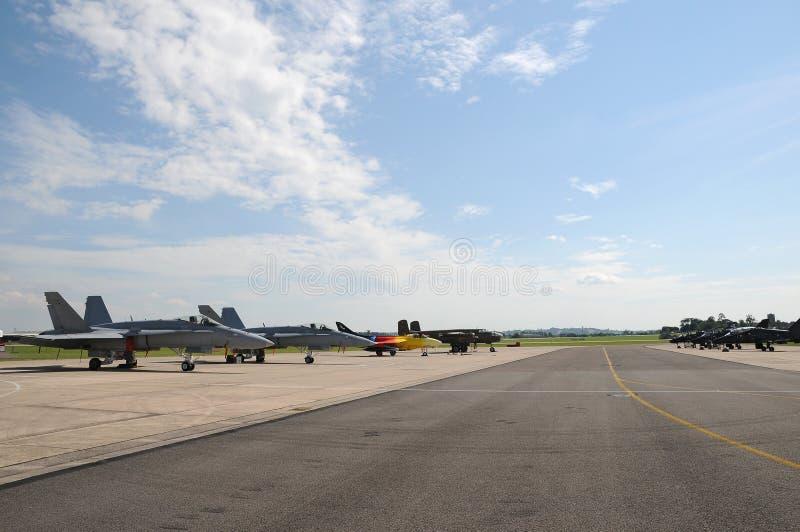 Miitary flygplan som parkeras på landningsbanan på en airshow fotografering för bildbyråer