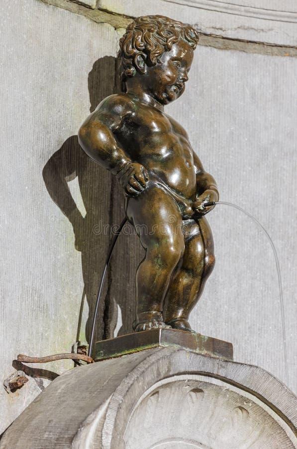 Mijando a estátua Manneken Pis do menino em Bruxelas Bélgica fotos de stock