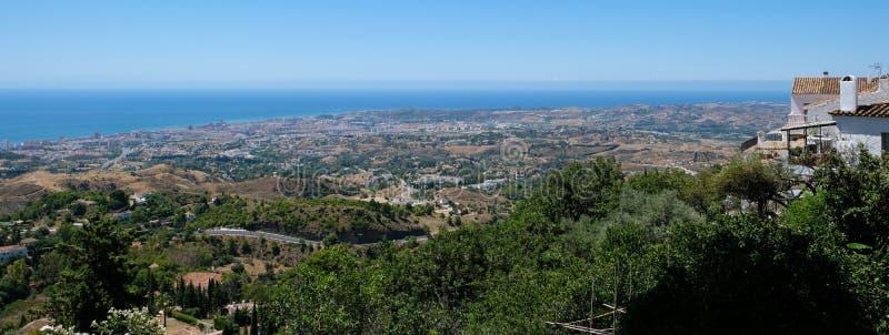 MIJAS, ANDALUCIA/SPAIN - 3-ЬЕ ИЮЛЯ: Взгляд от Mijas в Андалусии стоковое изображение