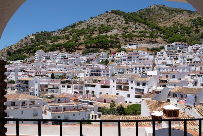 MIJAS, ANDALUCIA/SPAIN - 3-ЬЕ ИЮЛЯ: Взгляд от Mijas в Андалусии стоковое фото