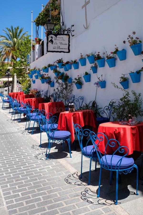 MIJAS, ANDALUCIA/SPAIN - 3 DE JULHO: Café típico da rua em Mijas imagens de stock