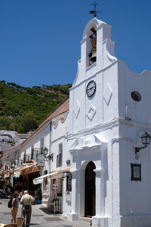 MIJAS, ANDALUCIA/SPAIN - 3 DE JULHO: Café típico da rua em Mijas imagens de stock royalty free