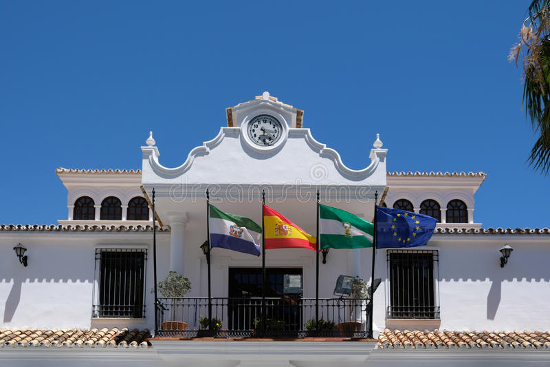 MIJAS, ANDALUCIA/SPAIN - 3 DE JULHO: Construção municipal em Mijas foto de stock royalty free