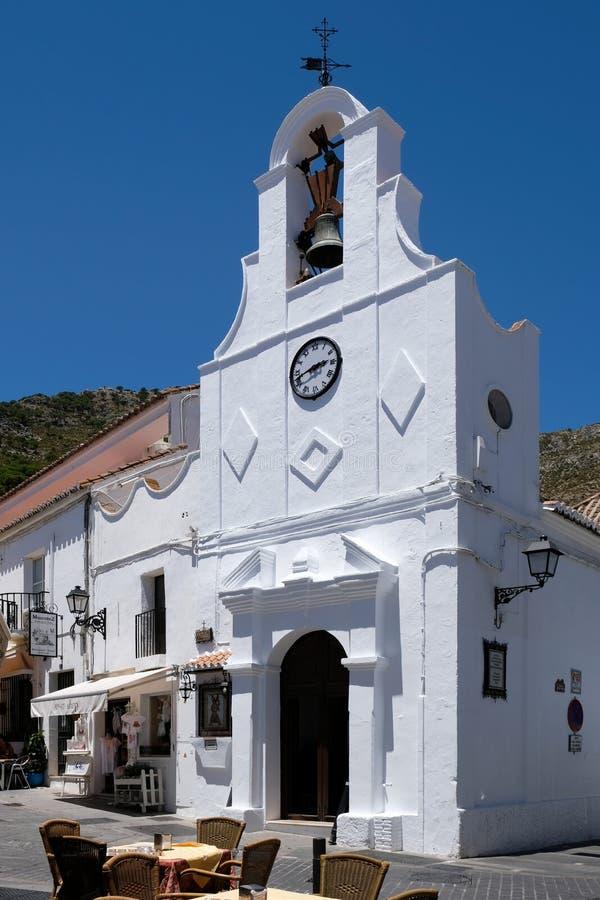 MIJAS, ANDALUCIA/SPAIN - 3. JULI: Typisches Straßen-Café in Mijas stockbilder