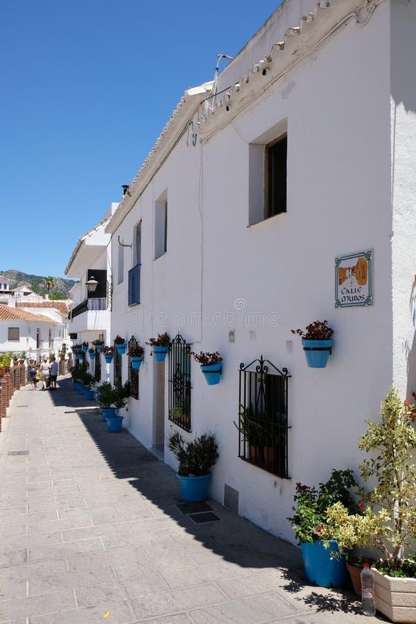 MIJAS, ANDALUCIA/SPAIN - 3. JULI: Typisches Straßenbild in Mijas lizenzfreies stockfoto