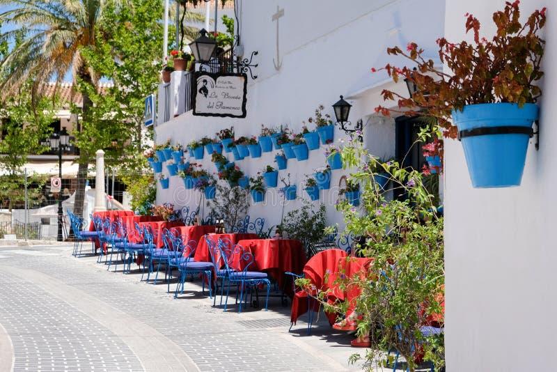 MIJAS ANDALUCIA/SPAIN - JULI 3: Typisk gatakafé i Mijas arkivbild