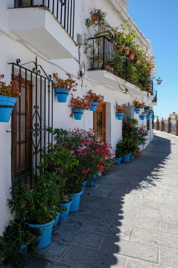 MIJAS, ANDALUCIA/SPAIN - LIPIEC 3: Typowa Uliczna scena w Mijas fotografia royalty free