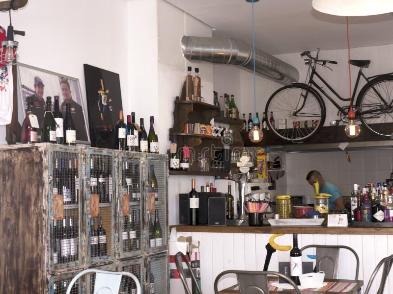 Mijas cyklistkafé i stadfyrkanten Spanien royaltyfri bild