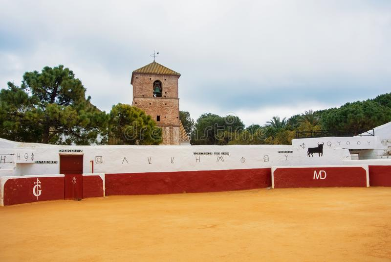 MIJAS, ESPAÑA - 8 DE FEBRERO DE 2015: Toro adornado tradicional viejo imagenes de archivo