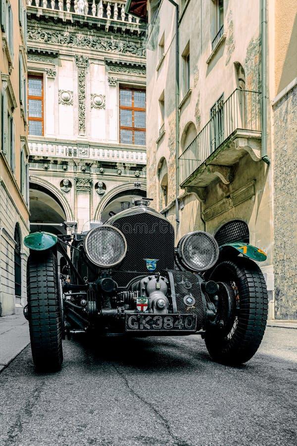 1000 Mijlen van 2019, Brescia - Itali? 14 mei, 2019: Het historische Mille Miglia-autoras Een mooie historische uitstekende auto  stock foto