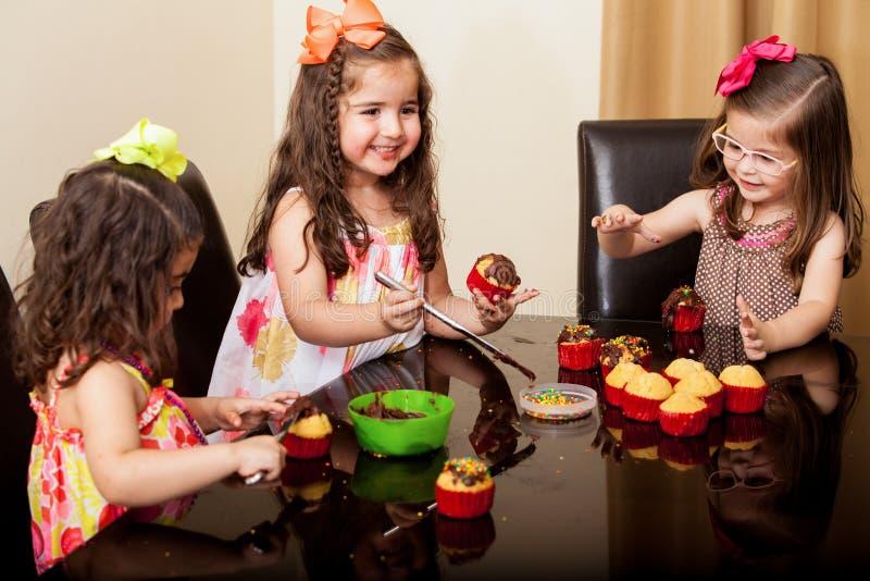 Mijn cupcakes kijken zo yummy! stock afbeelding