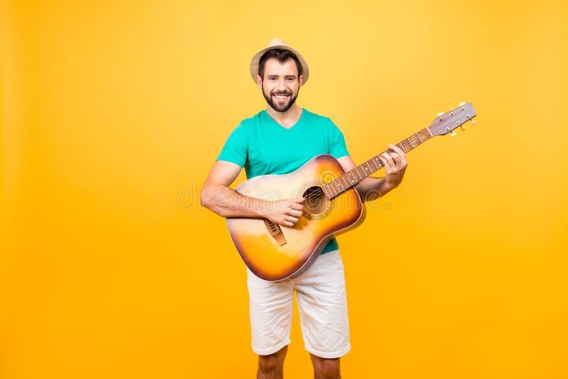 Mijn gitaar is mijn tweede ziel! Portret van het glimlachen blije funky gl royalty-vrije stock foto's