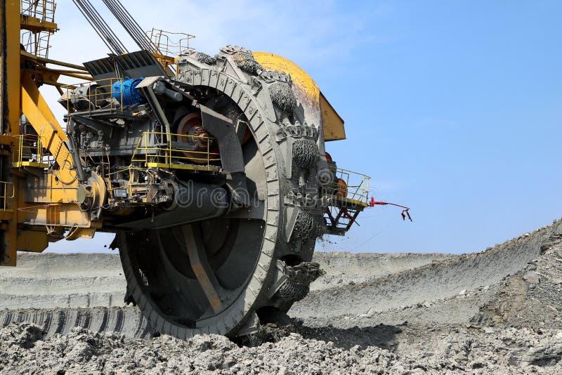 mijnbouw wiel in bruinkoolmijn royalty-vrije stock afbeelding