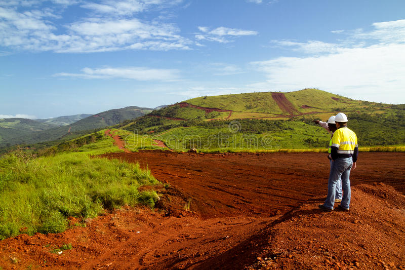 Mijnbouwbouwvakkers op bergbovenkant in Sierra Leone royalty-vrije stock fotografie
