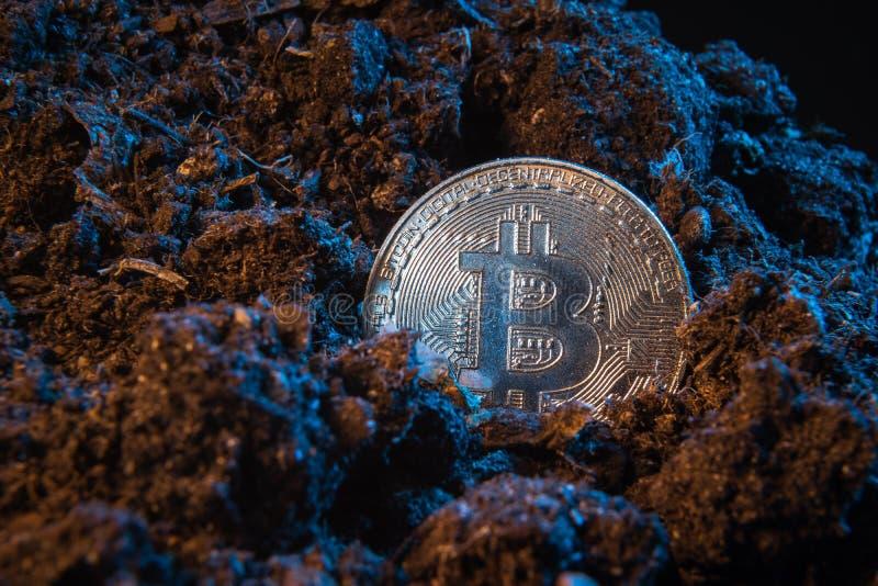 Mijnbouwcrypto munt - Bitcoin Online geldmuntstuk in de vuilgrond Digitale munt, blokketen markt, online zaken royalty-vrije stock fotografie