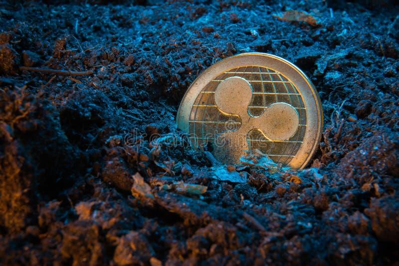 Mijnbouwcrypto munt - Rimpelingsmuntstuk Online geldmuntstuk in de vuilgrond Digitale munt, blokketen markt, online zaken royalty-vrije stock foto