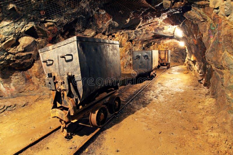 Mijnbouwkar in zilveren, gouden, kopermijn stock fotografie