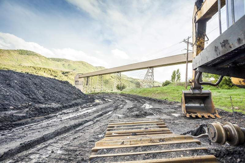 Mijnbouwmachines, steenkool en infrastructuur stock afbeeldingen