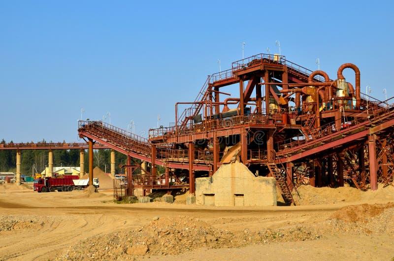 Mijnbouwsteengroeve voor de productie van verpletterd steen, zand en grint voor gebruik in bouw royalty-vrije stock afbeelding