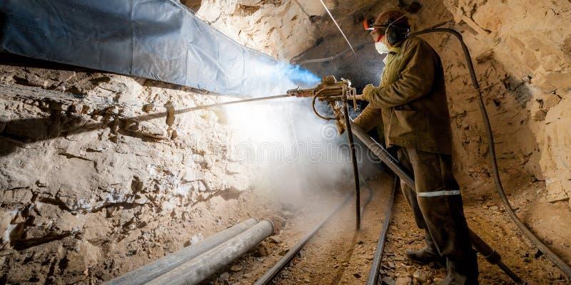 Mijnwerker binnen een goudmijn royalty-vrije stock foto