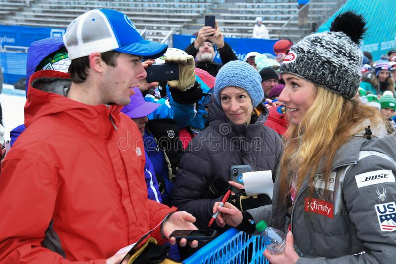 Mikaela Shiffrin die prentbriefkaaren voor mensen en ventilators ondertekenen tijdens de Reuzeslalom van Audi FIS Alpiene Ski Wor stock afbeelding