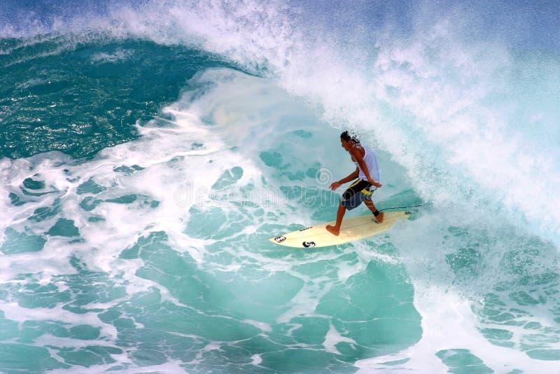 Mikala Jones che pratica il surfing alla conduttura segreta immagini stock