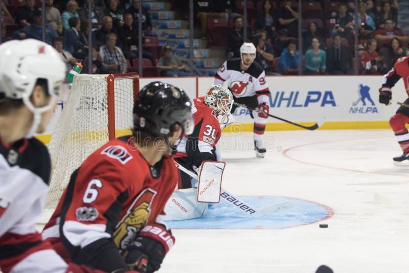 Mike Condon de los Ottawa Senators y de los New Jersey Devils imagen de archivo