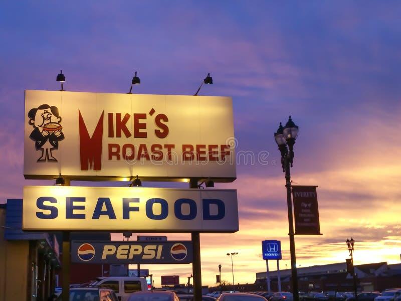 Mike Pieczonej wołowiny owoce morza restauracja przy zmierzchem zdjęcie stock