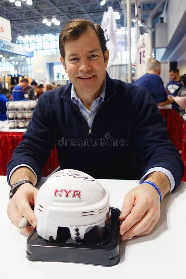 Mike Richter, New York Rangers Goalie και Hall of Famer, κατά τη διάρκεια της συνόδου αυτόγραφων στη Νέα Υόρκη στοκ εικόνα