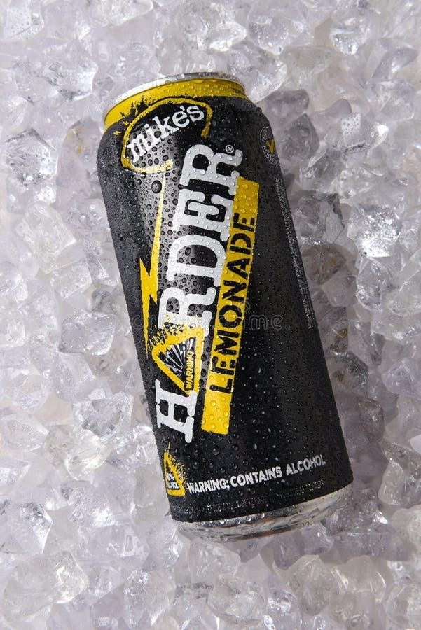Mikes Harder Lemonade på en säng av is arkivfoton