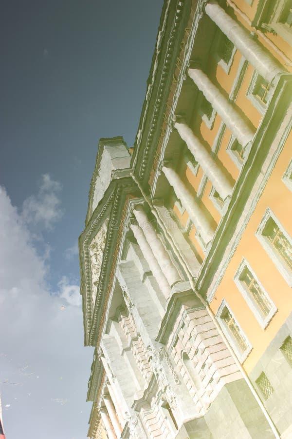 Mikhailovsky slott reflekterad i vattnet royaltyfri foto