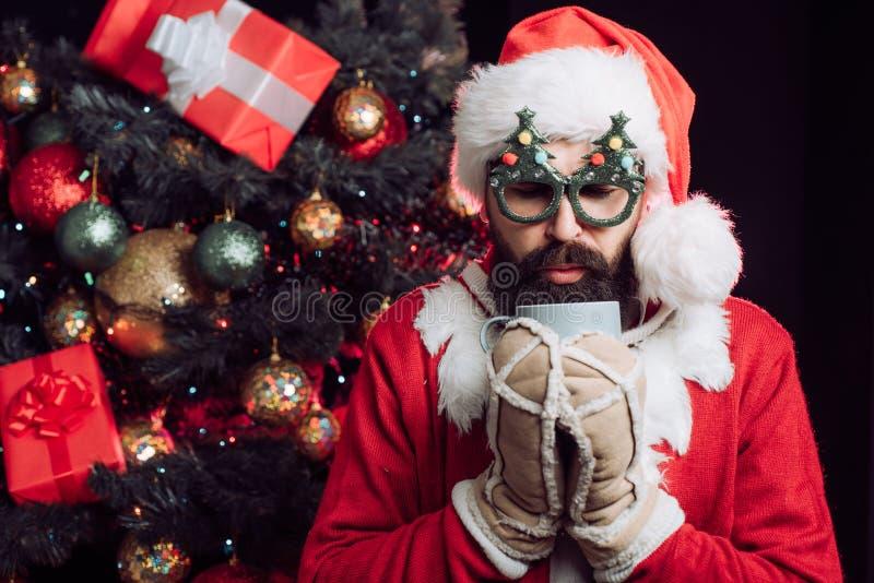 Mikołaj pije kawę lub herbatę Zima zimna Samotny mężczyzna na imprezie Samotny wieczór Smutny facet bez miłości zdjęcie royalty free