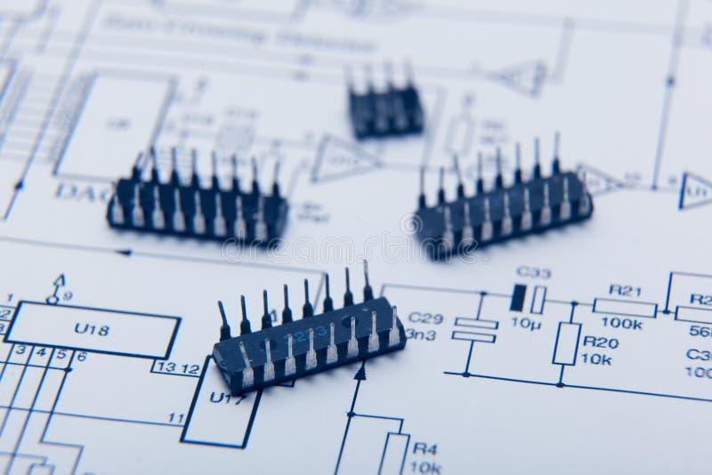 Mikrochip auf einem Diagramm lizenzfreie stockfotos