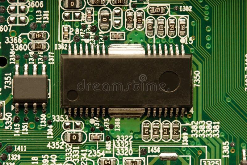 Mikrochip auf Leiterplatte stockfotos