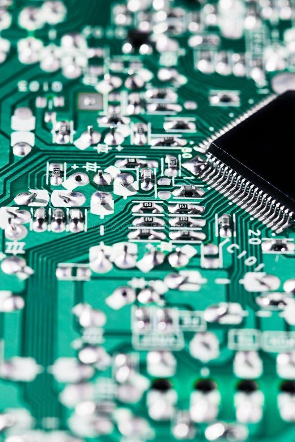 Mikrochip integriert auf grünem Motherboard stockfoto