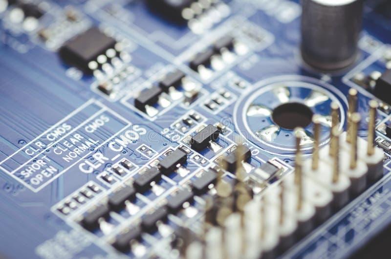 Mikrochipers och elektriska delar p? det bl?a moderkortet med inskrifter, n?rbild royaltyfri foto