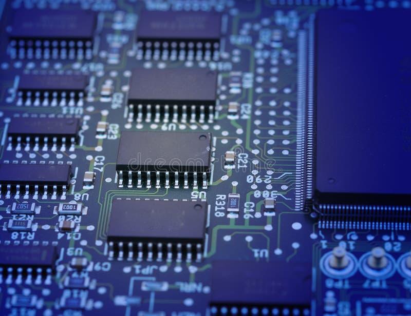 Mikrochipers på ett strömkretsbräde arkivfoto