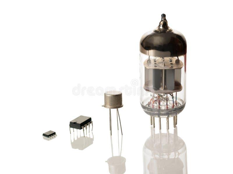 Mikrochipers, transistor och radiorör som isoleras på vit bakgrund royaltyfri fotografi
