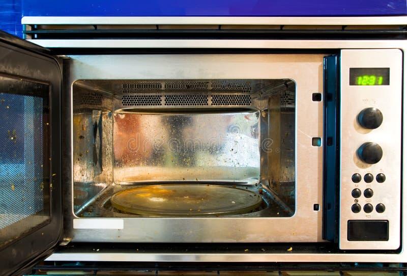 mikrofala brudny piekarnik zdjęcia stock