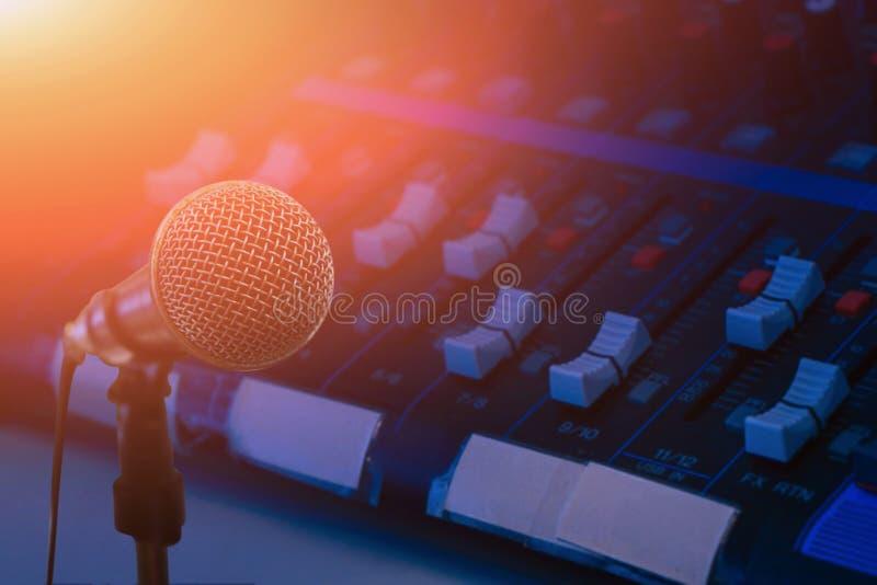 Mikrofon över det abstrakta suddiga fotoet av bakgrund för konferenskorridor eller för seminariumrum, mörk bakgrund arkivfoton
