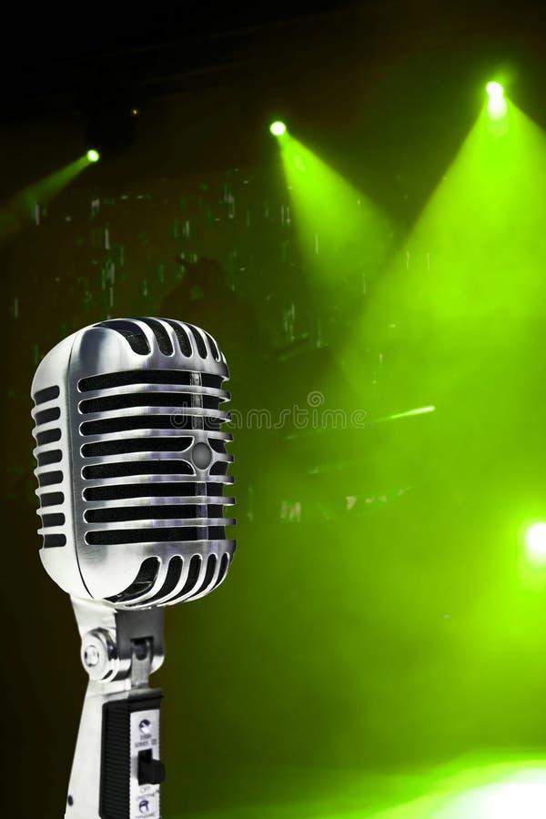 Mikrofon auf buntem Hintergrund lizenzfreie stockfotos