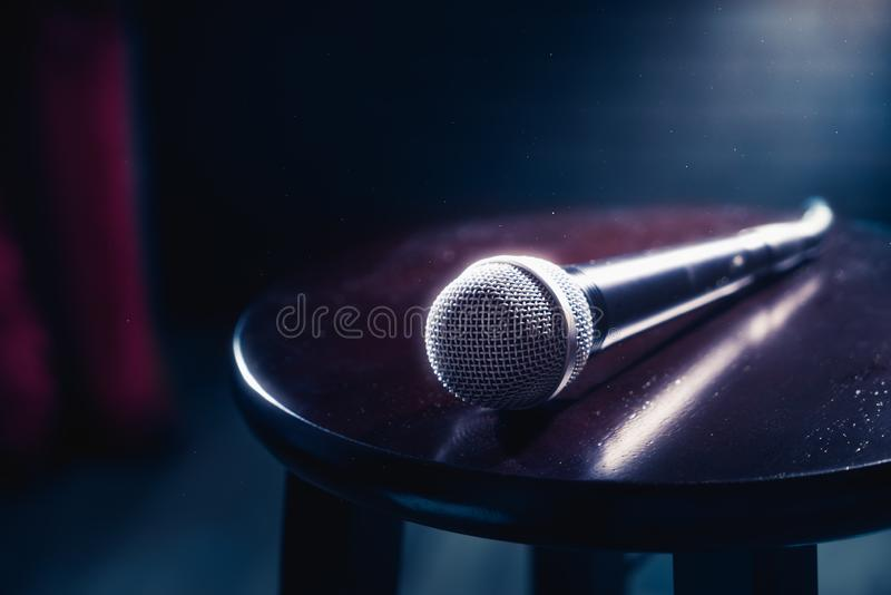 Mikrofon auf einem hölzernen Schemel auf einem Stadium stockfoto