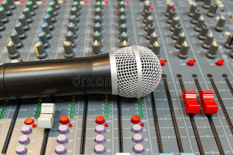 Mikrofon auf mischender Konsole eines großen Hifisystems lizenzfreie stockfotos